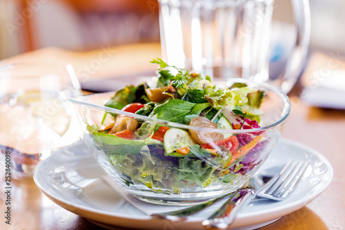 Frischer salat auf dem tisch in einem restaurant.