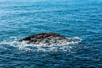 rocher dans l ocean  © alexa