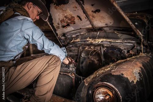 Leinwandbild Motiv Men and the Rusty Classic