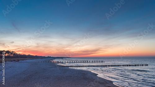 Leinwanddruck Bild Spektakulärer Sonnenuntergang an der Ostsee bei Zingst