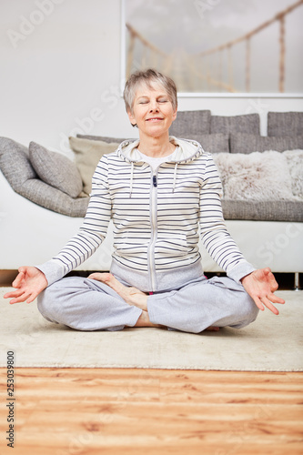 Leinwanddruck Bild Senior woman making yoga