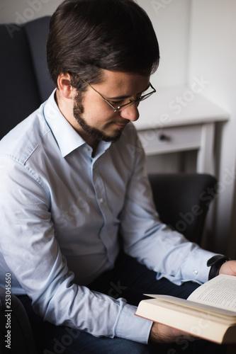 obraz lub plakat Lesender junger Mann