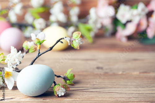 Frohe Ostern Hintergrund mit bunten Ostereiern und Blumen - 253175090