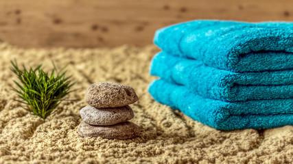 Wellness - Hantücher, Steine und Bambus auf Sand