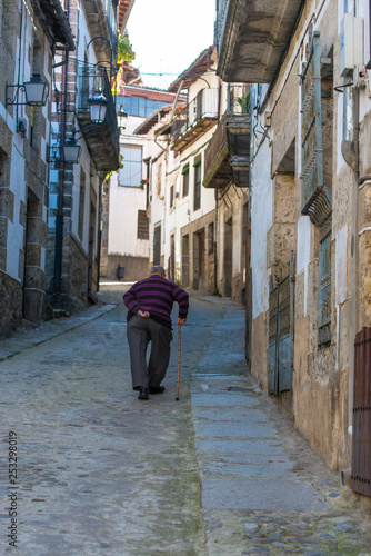 CANDELARIO, SPAIN - NOVEMBER 2, 2016: View of one of the streets of the historic part of the mountain village. - 253298019