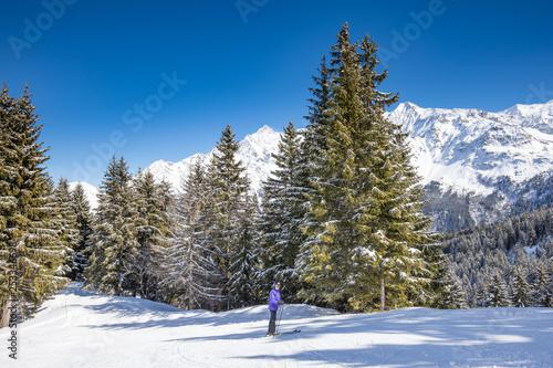 obraz lub plakat Lone skier below Mont Blanc