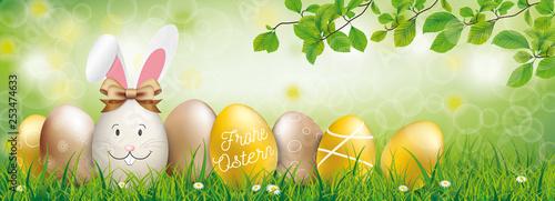 Osterhase mit goldenen Ostereiern im Park - 253474633