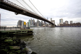 Fototapeta Nowy York - The Brooklyn bridge with Manhattan in the background © Jon