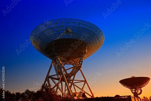 obraz lub plakat The silhouette of a radio telescope observatory