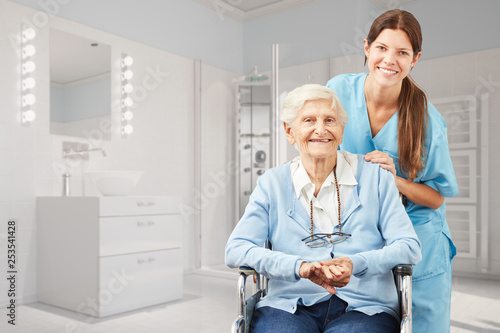 Leinwanddruck Bild Seniorin und Krankenpfleger im Bad als Pflegedienst Konzept