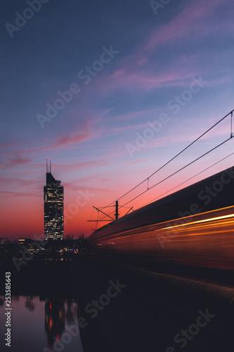 mata magnetyczna Millennium Tower Wien in der Abenddämmerung