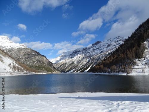 lago alpino con la prima neve d'autunno