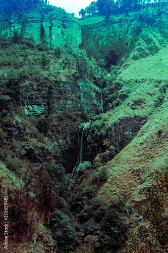 Cascada en medio de la montaña © Phillip_Sp