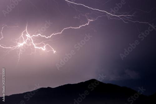 tormenta de rayos en la noche