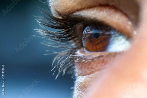 ojo femenino tomado de cerca - 253758816