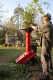 Homme passant au broyeur des déchets végétaux