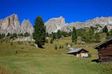 Bergmassive mit Almhütten, Dolomiten, Italien, Europa