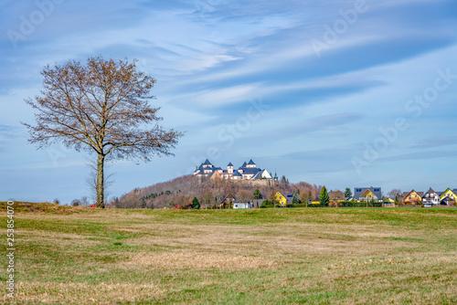 das Jagdschloss Augustusburg, im Winter bei Sonnenschein und blauem Himmel