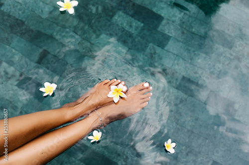 Leinwandbild Motiv Foot spa in tropical swimming pool