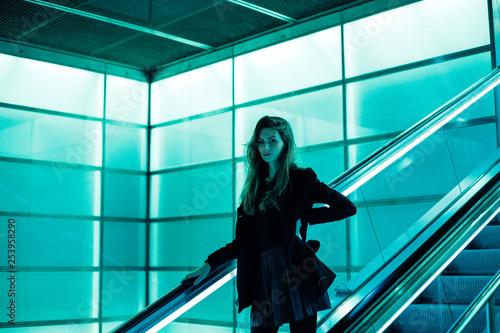 obraz lub plakat Junge Frau im Zeitgeist der Technologie