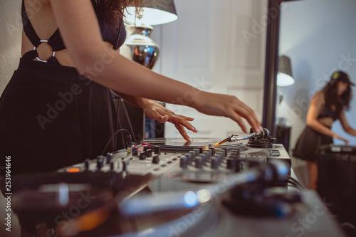 Junge DJ Frau am Mischpult Turntable Plattenspieler