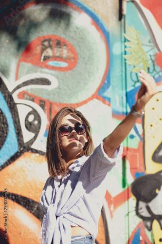 Junge Schöne Frau im Urban Stadt Berlin - 254007455