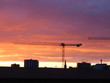 Sonnenaufgang über Berlin mit Kran