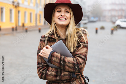 Leinwanddruck Bild Beautiful young stylish blonde woman