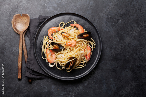 Spaghetti seafood pasta with clams and prawns - 254246050