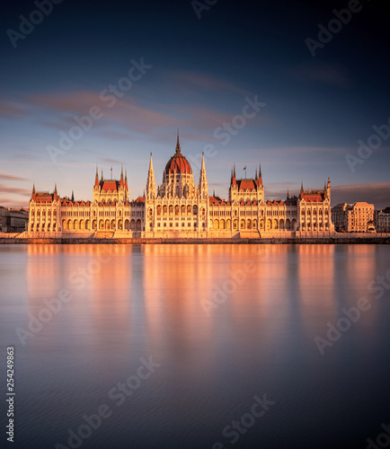 obraz lub plakat The Hungarian Parliament in sunset