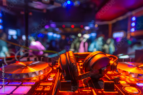 auriculares dj sobre mesa de mezclas platos fiesta - 254261417
