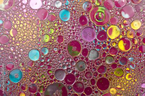 Abstrakcja, tło. Kolorowe bąble, bąbelki - krople oleju w wodzie tworzące abstrakcyjne i ciekawe kszztałty - 254265442