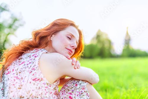 schöne rothaarige Frau im Sommer Frühling