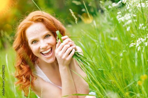 Schöne junge Frau in der Natur - 254421822