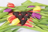 Fototapeta Tulips - Tulipany i serce z piernika na Walentynki © adamraga