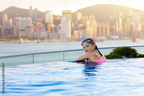 obraz PCV Kids swim in Hong Kong roof top swimming pool