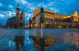 Splendida veduta della piazza del mercato di Cracovia durante un'alba piovosa