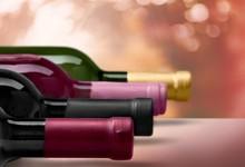 "Постер, картина, фотообои ""Red wine glass on background"""