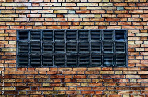 Glasbausteine in einer Backsteinwand - 254586441