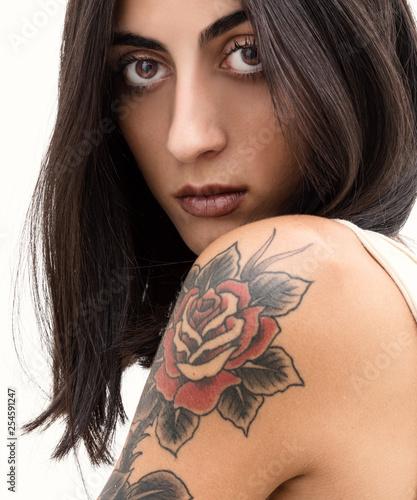Leinwandbild Motiv Modellas con rosa tatuata sulla spalla