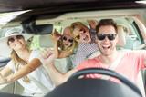 Familie mit Sonnenbrille singt im Auto - 254619438