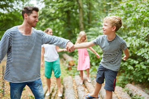 Familie mit Kindern auf einem Ausflug © Robert Kneschke