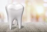 Duże zęby, szczoteczka do zębów i lusterko dentystyczne