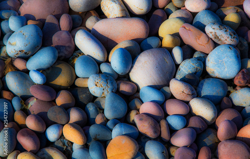 fondo de piedras de rio de colores - 254727097