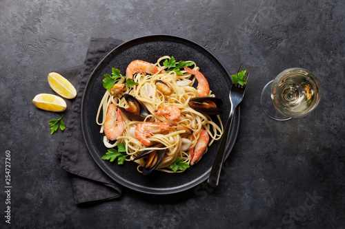 Spaghetti seafood pasta with clams and prawns - 254727260