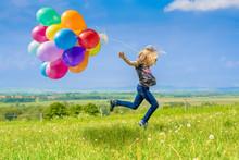 """Постер, картина, фотообои """"Glückliches Mädchen spring mit vielen bunten Luftballons über eine grüne Wiese"""""""