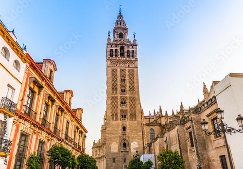 La Giralda de la cathédrale de Séville en Andalousie, Espagne - 254754688