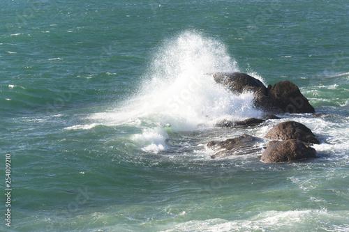 Mer , vagues et rochers . - 254809210