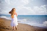 Bambina felice sulla riva del mare