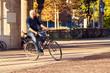 Leinwanddruck Bild - Radfahrer Stadt Sonne